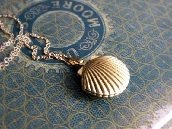 Golden Shell necklace by JKWaccessories