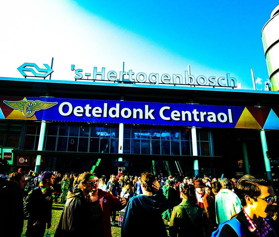 En carnaval la ciudad cambia su nombre hasta en la estación de tren