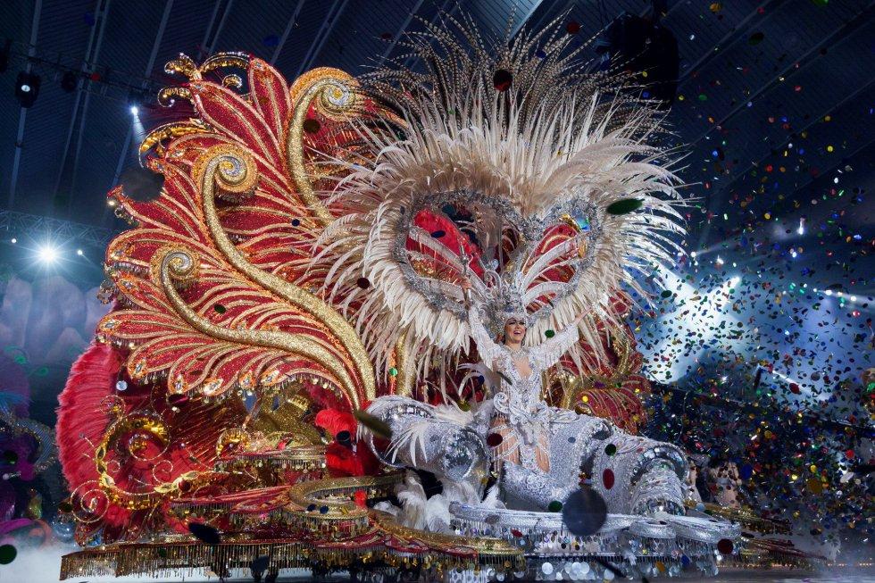 Los trajes de las reinas del carnaval pueden pesar hasta 100 kgs