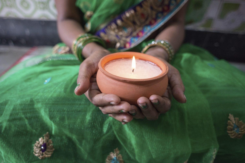 Fazer velas faz parte da terapia artística para que as vítimas interajam com outras mulheres na mesma situação.
